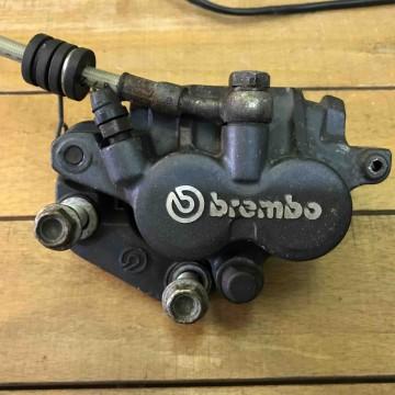 Тормозная машинка,тормозной суппорт, ручка и шланг переднего тормоза Aprilia Pegasso 650cc